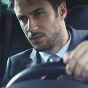 차를 운전하는 남자모습
