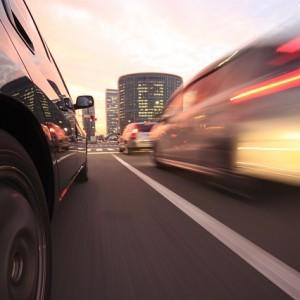 도로를 달리는 자동차